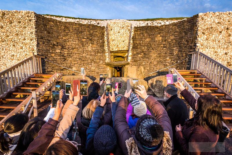 008-Newgrange-Solstice-©-2016-John-Coveney